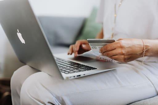 Банкомат или онлайн-сервис: как отправить деньги по номеру карты