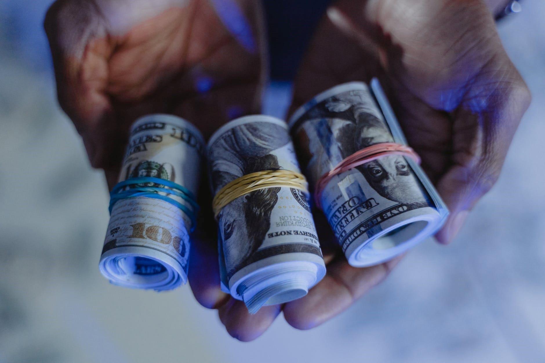 Какими могут быть максимальные суммы денежных переводов с карты на карту?